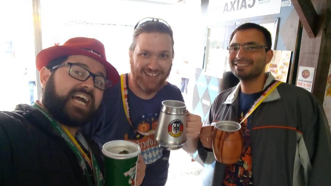 Bruno, Russel Keith Magee e Elyézer bebendo Marzen Rauch Beer