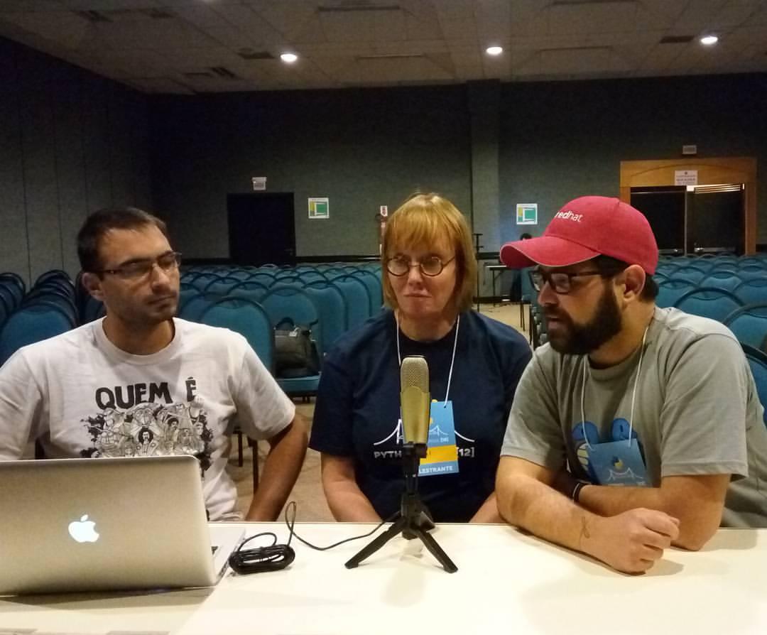 Bruno Rocha e Elyézer Rezende entrevistando a Naomi Ceder
